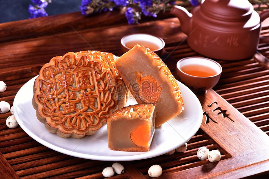 传统美食中秋月饼海报