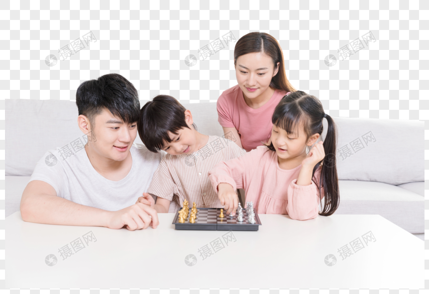 父母陪孩子下棋 png