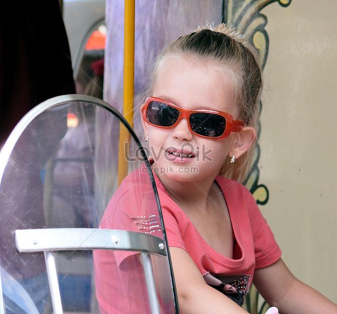 9fc83af324 Photo de petite fille avec des lunettes de soleil_Numéro de l ...