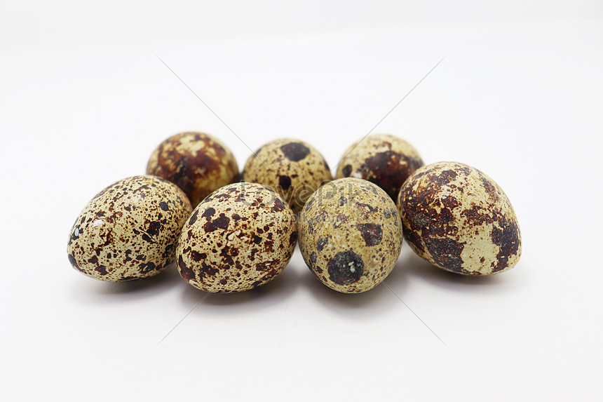 some quail eggs in bulk on the table
