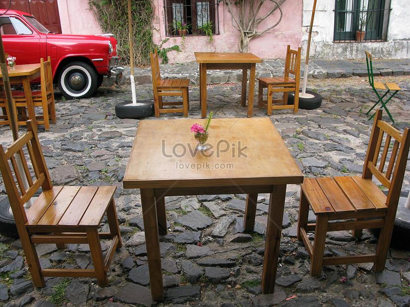 столы и стулья на шиферной улице изображениефото номер
