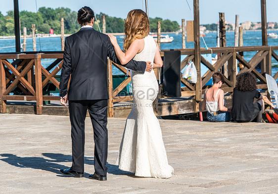 Bilder Zum Ein Paar Das Eine Hochzeit Halt Download Foto