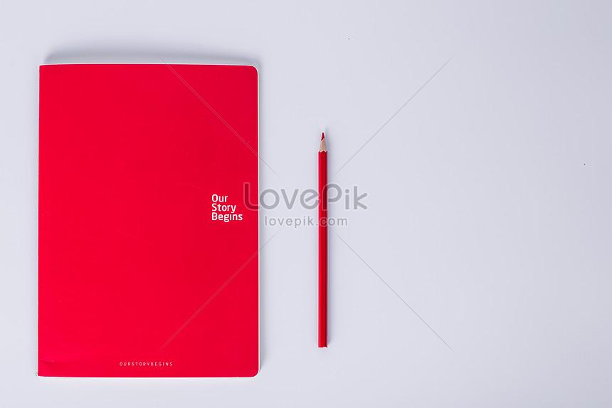 Libro Rosso E Matita Rossa Su Sfondo Bianco Immagine Gratisfoto