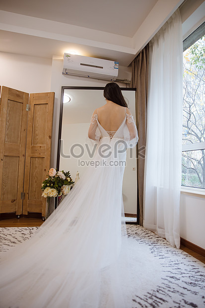 vestido de novia blanco mujer feliz frente al espejo imagen
