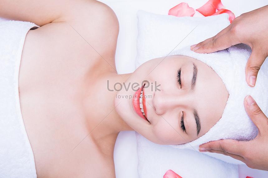 regimen de beleza doce menina cabeça massagem