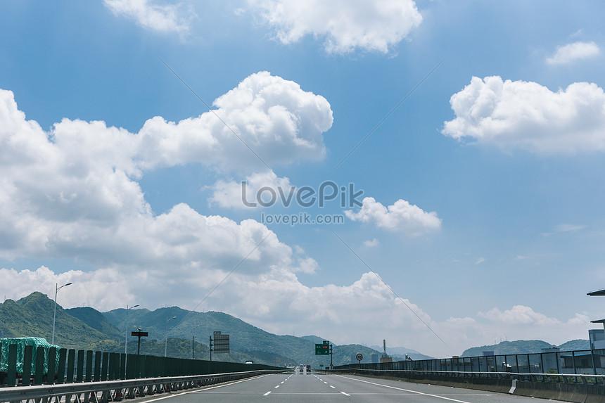 藍天白雲風景空曠公路