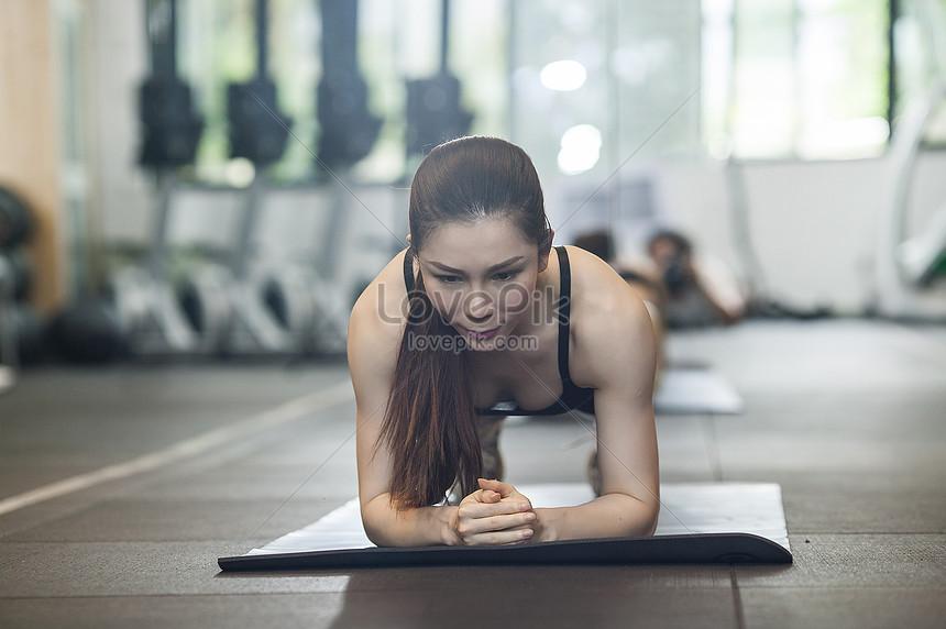女性のジムで強度のフィットネスを練習