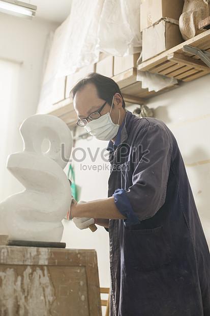 彫刻作品に焦点を当てた石工彫刻家イメージ_写真 id 500607919_PRF画像 ...