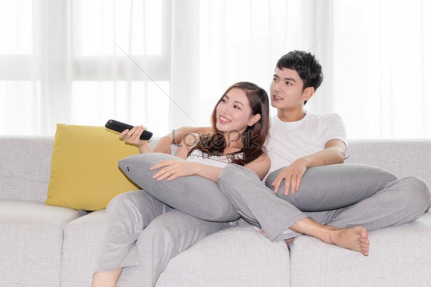 Пара отдыхает на диване, порно видео онлайн русское в чулках