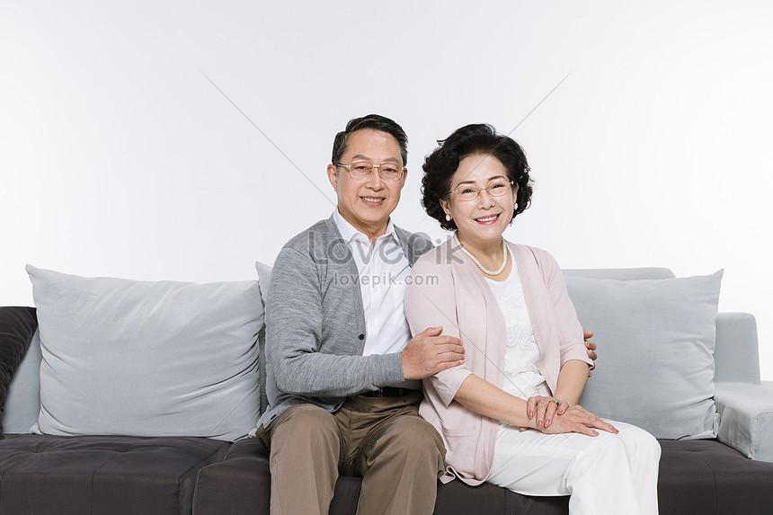Cặp Vợ Chồng Già Hạnh Phúc Ngồi Trên Ghế Hình ảnh | Định dạng hình ảnh JPG 500775516| vn.lovepik.com