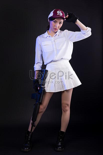 frango cosplay modelo segurando uma arma