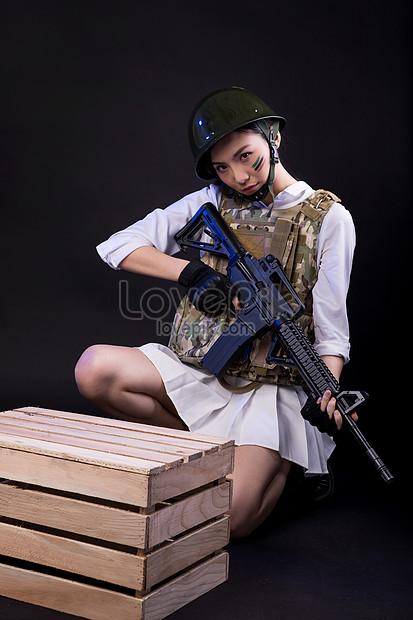 modelo com uma arma e uma galinha jogando papel