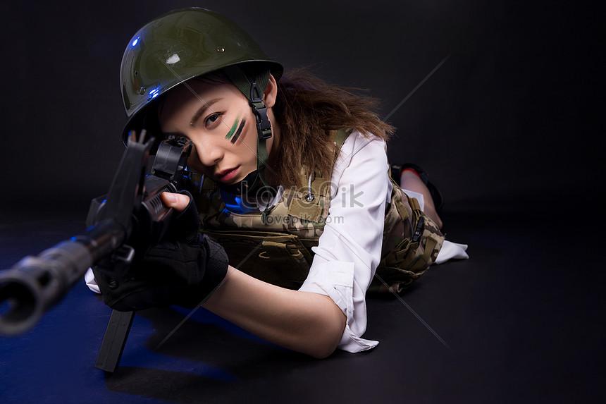 sentando se e segurando uma arma role playing model