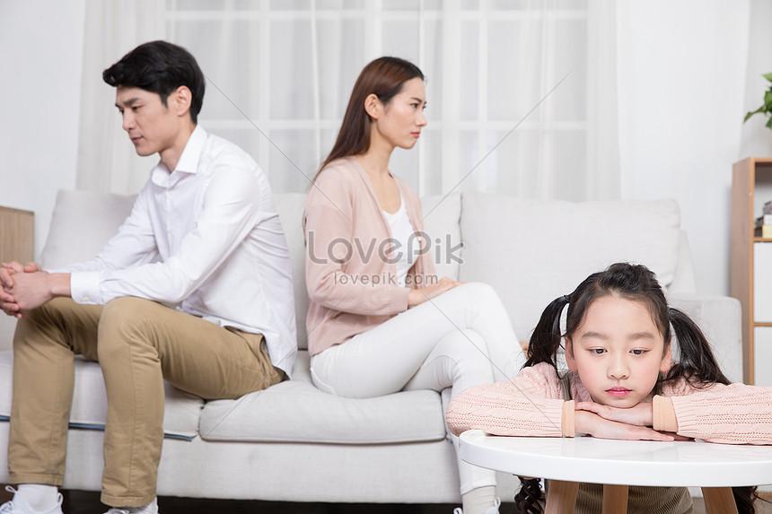 父母吵架孩子難過沮喪