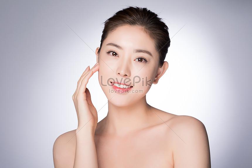 phụ nữ trẻ đẹp trang điểm trình diễn