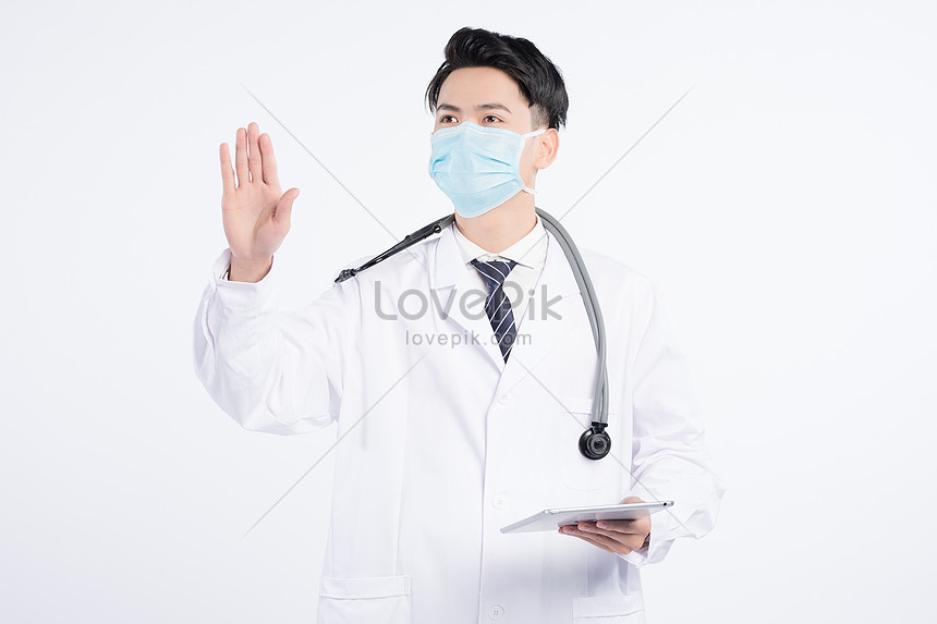 lekarz trzymając tabletkę