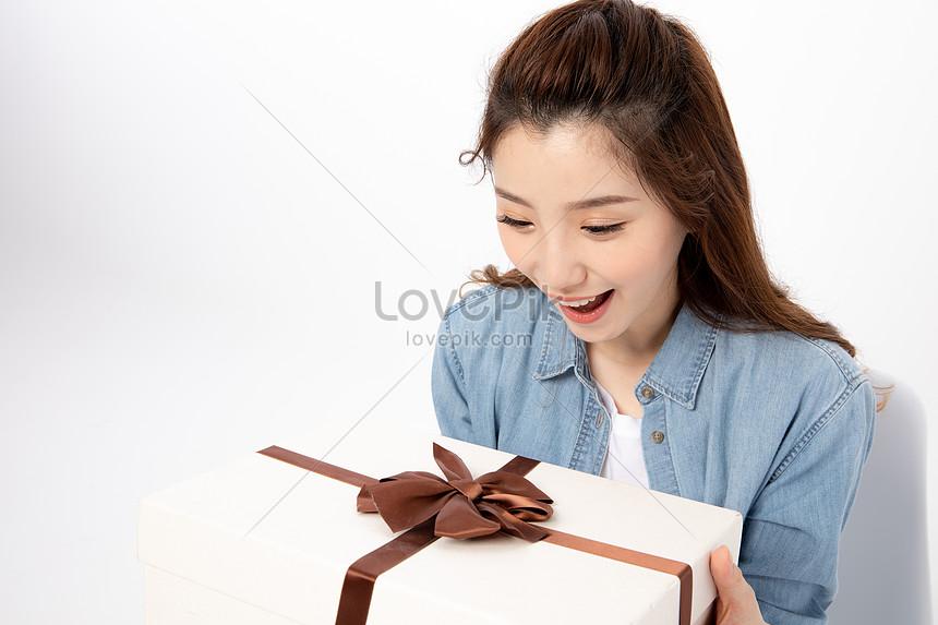pelajar kolej wanita menerima hadiah