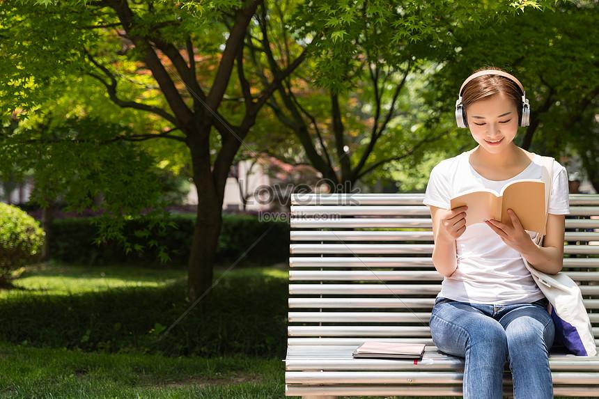 เด็กนักเรียนกำลังฟังเพลงอ่านหนังสือ ดาวน์โหลดรูปภาพ (รหัส) 500917881_ขนาด  13.4 MB_รูปแบบรูปภาพ JPG _th.lovepik.com