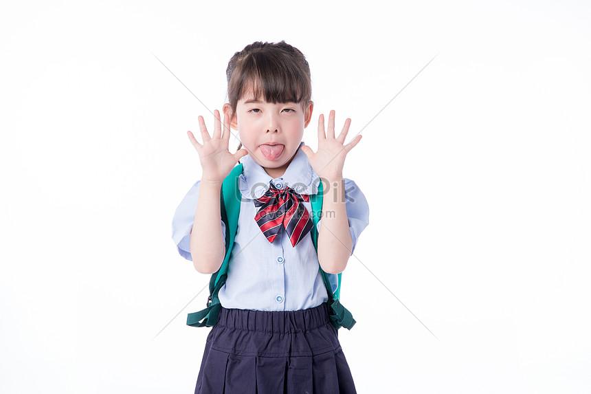 子供 小さな女の子 学生 しかめっ面 いたずらイメージ写真 Id