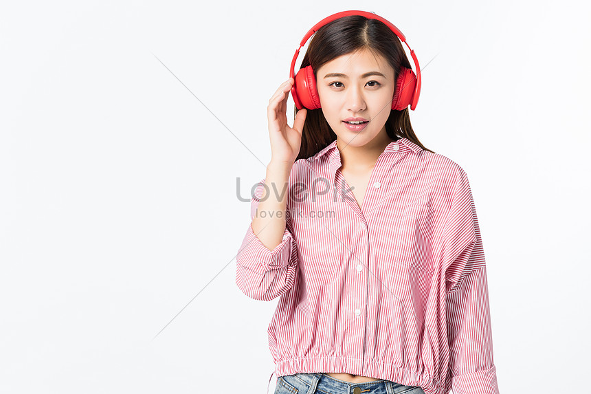 young women who listen to music