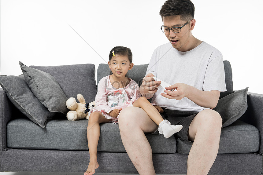 Ayah Memakai Kasut Dan Kaus Kaki Untuk Anak Perempuannya Gambar Unduh Gratis Imej 500950265 Format Jpg My Lovepik Com