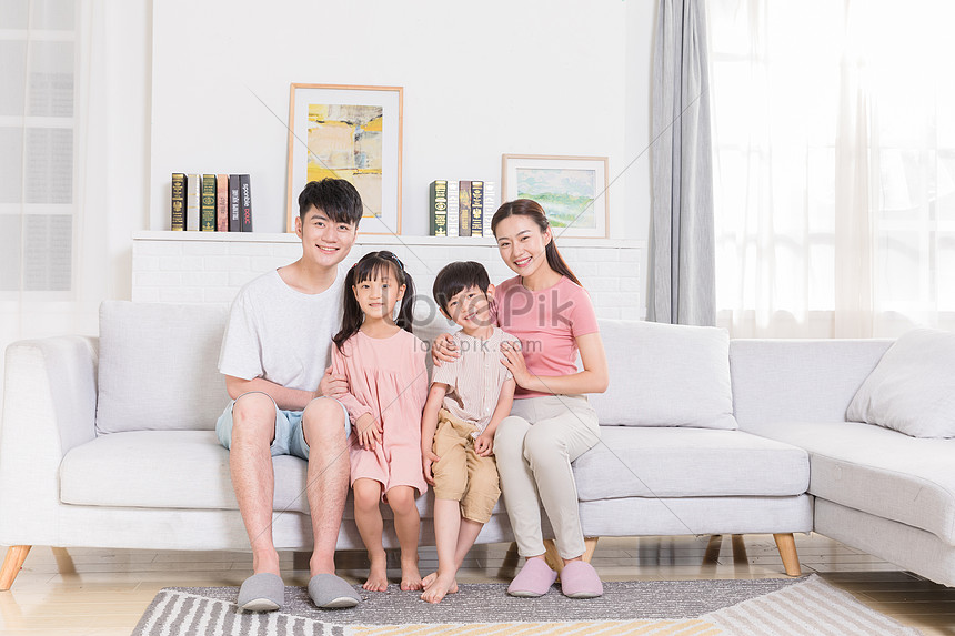 famiglia felice seduta nel soggiorno immagine gratis foto