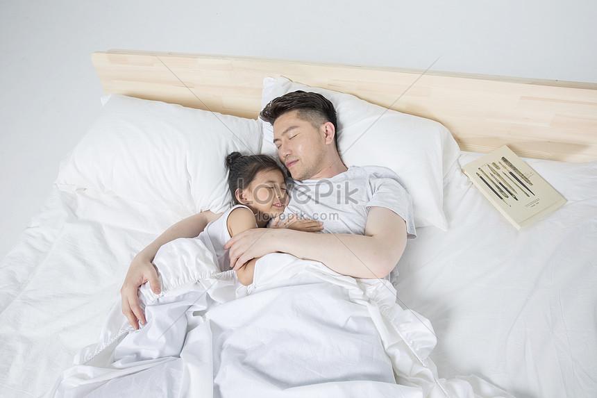 Ayah Tidur Dengan Anak Perempuannya Gambar Unduh Gratis Imej 500963504 Format Jpg My Lovepik Com