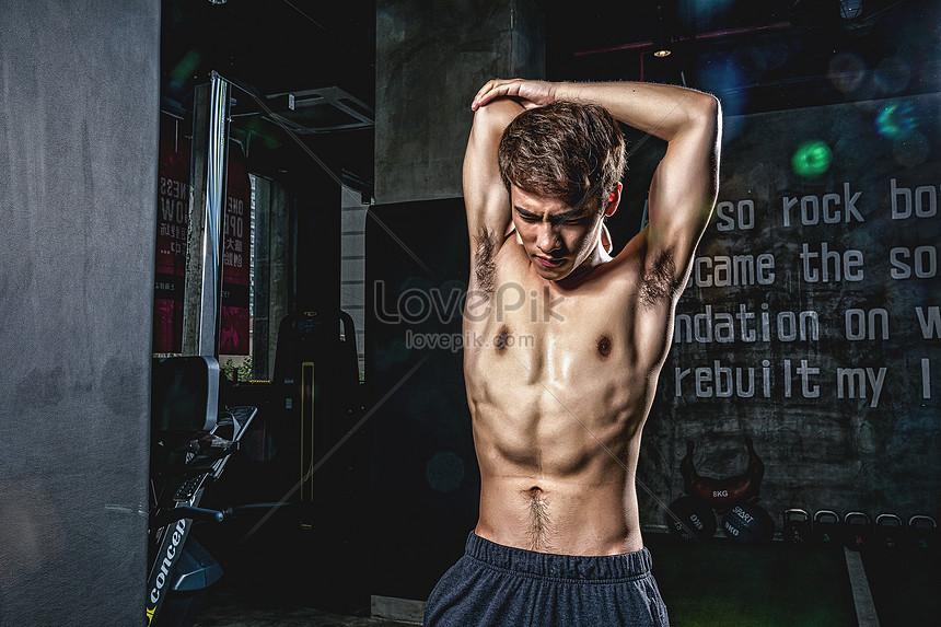 健身房強壯男性拉伸活動
