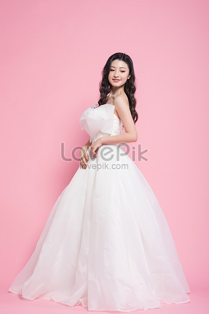 Sweet And Beautiful Women Wear White Wedding Dresses Photo