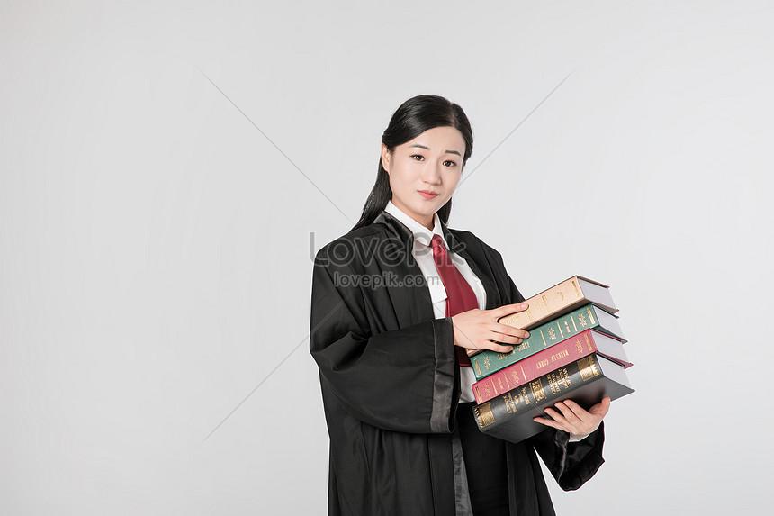 Thẩm Phán Nữ Luật Sư