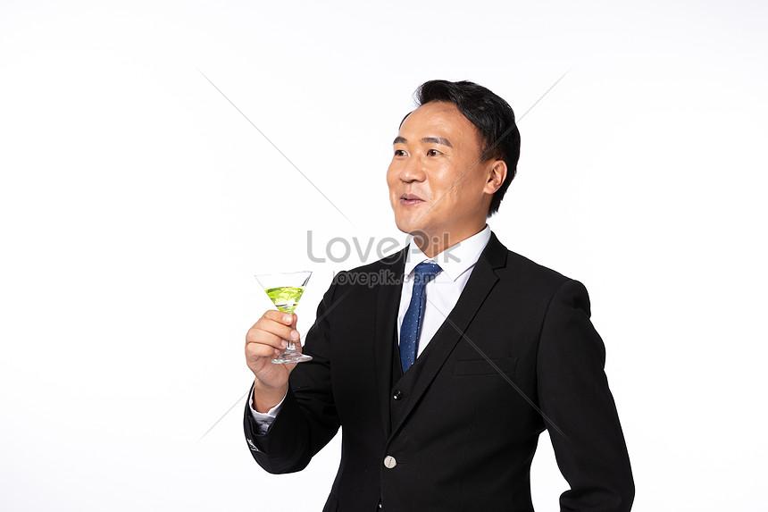 homens de negócios bebendo vinho espumante