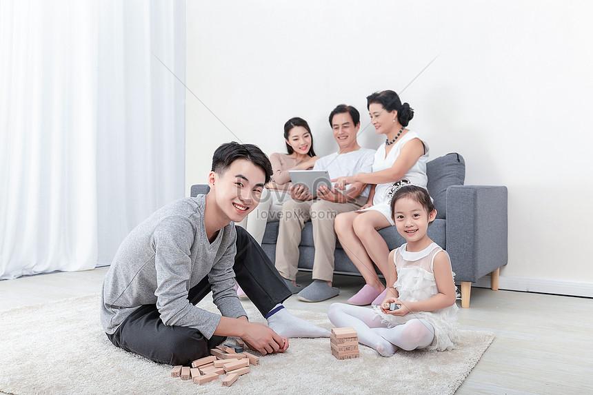 mutlu aile ebeveynlik ahşap yığılmış