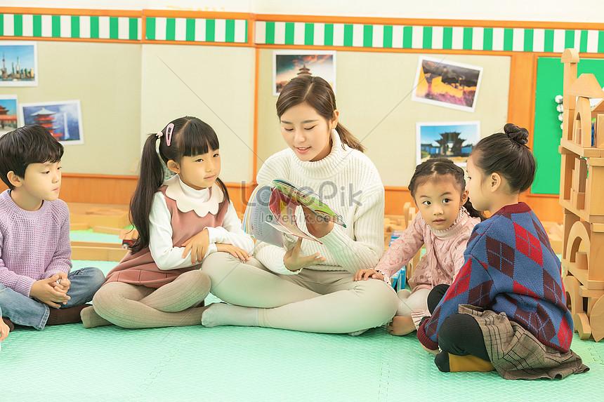 ang mga bata sa kindergarten ay makinig sa guro