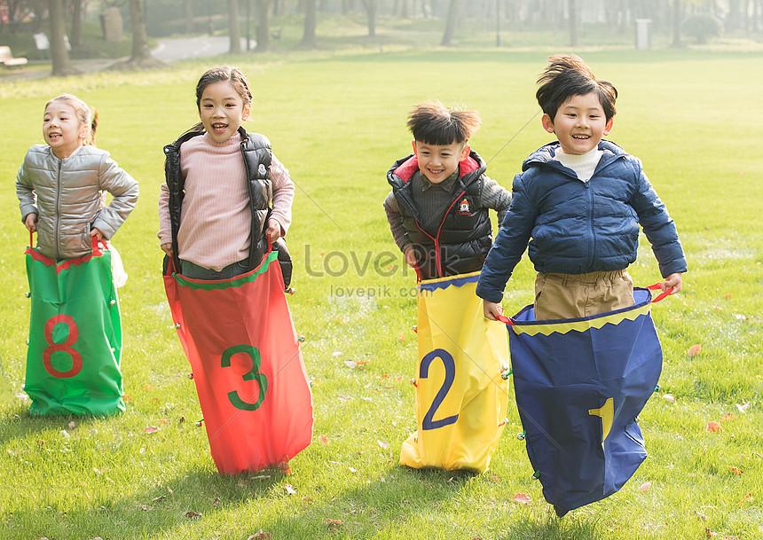 Bambini Che Giocano Sullerba Immagine Gratisfoto Numero