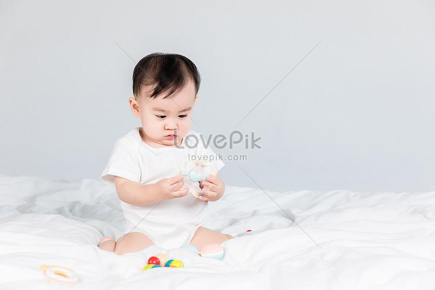 Bayi Cantik Bermain Dengan Mainan Gambar Unduh Gratis Imej