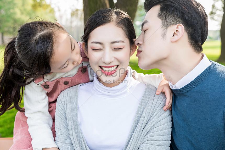Ayah Dan Anak Perempuan Mencium Ibu Gambar Unduh Gratis Foto 501202368 Format Gambar Jpg Lovepik Com