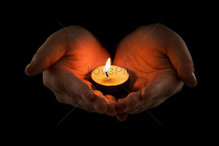 segurando uma vela e rezando Imagem Grátis_Foto Número ...