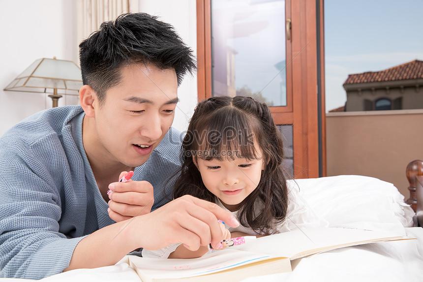 Ayah Bermain Dengan Anak Perempuannya Gambar Unduh Gratis Imej 501329375 Format Jpg My Lovepik Com