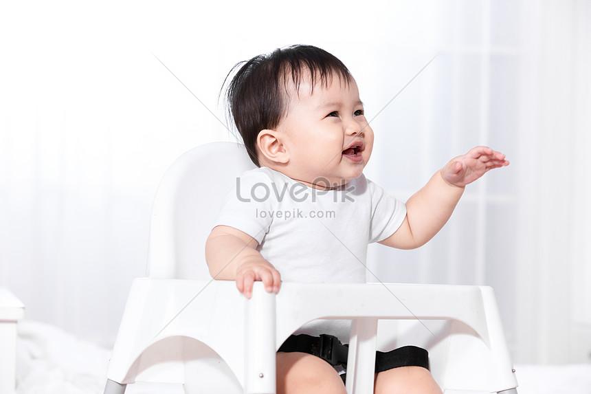 Baby In Kinderstoel.Baby Zittend In Een Kinderstoel Gratis Afbeelding Downloaden