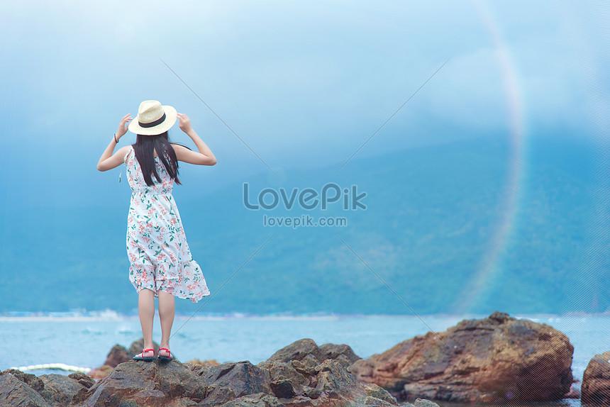 Вид сзади девушки на рифе острова любовника Си Чонга в Шэньчжэне
