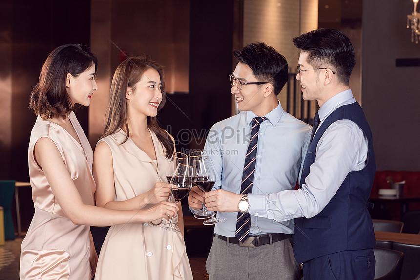 colegas reunindo se para comemorar a beber vinho tinto