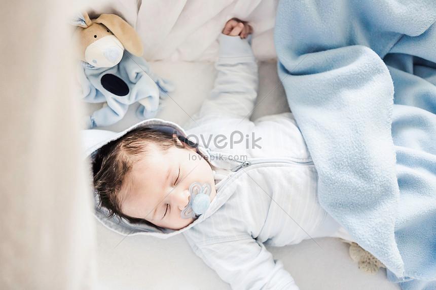 baby boy durmiendo en la cuna