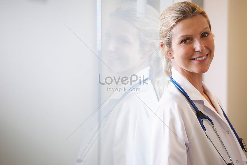 doctor sonriendo junto a la ventana