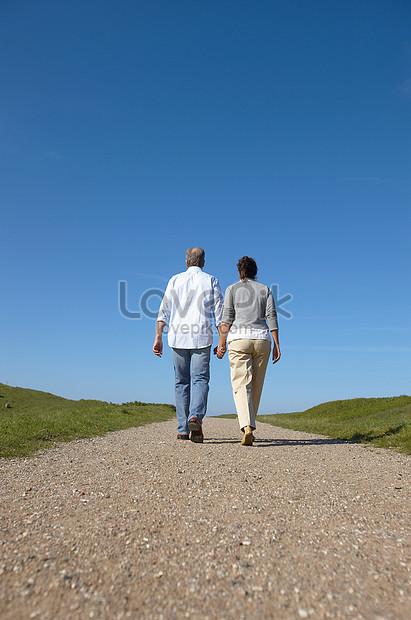Pasangan Dewasa Berjalan Bersama Gambar Unduh Gratis Foto 501442385 Format Gambar Jpg Lovepik Com