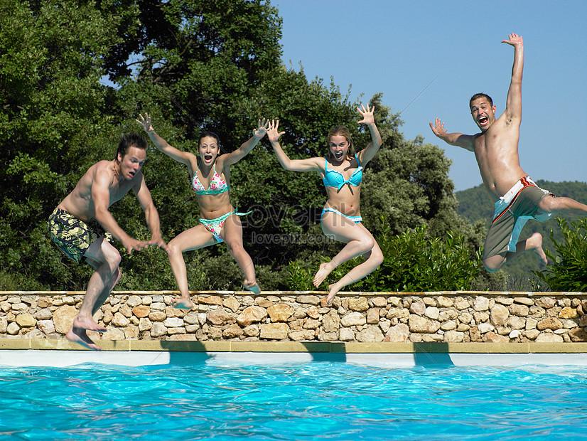 пару картинки как прыгают в бассейн того
