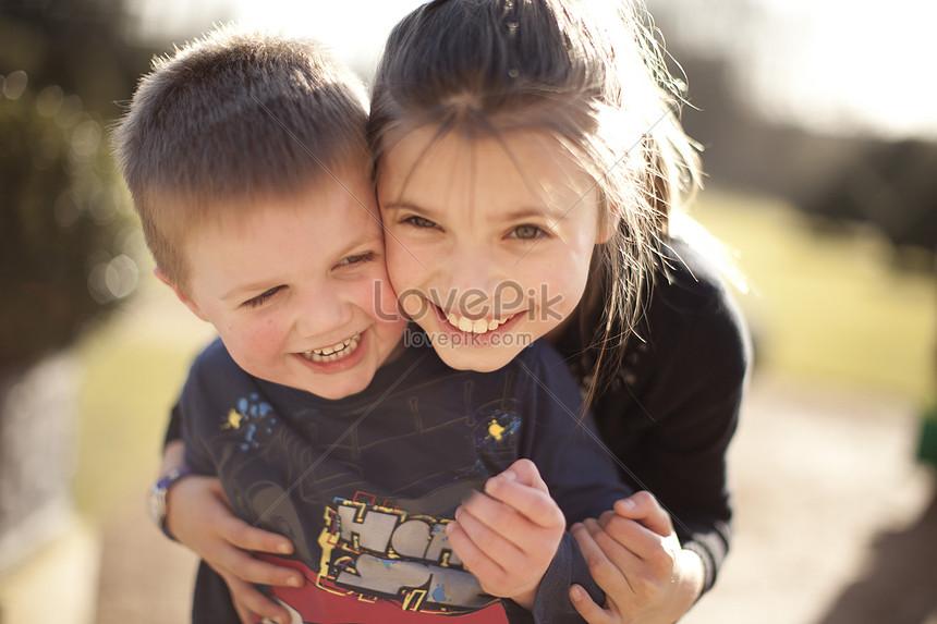niña abrazando a hermano en el jardín