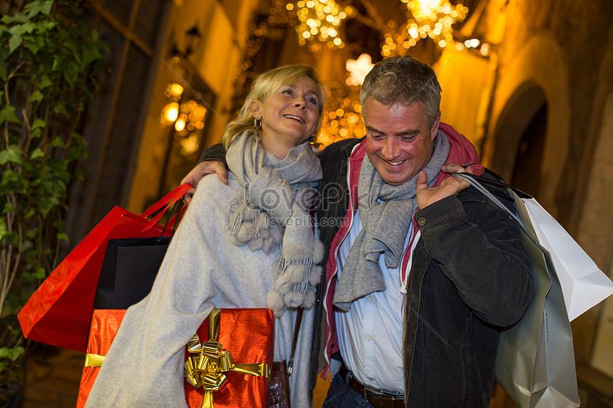 Пожилая пара делает покупки на улицах Майорки Испания на Рождес