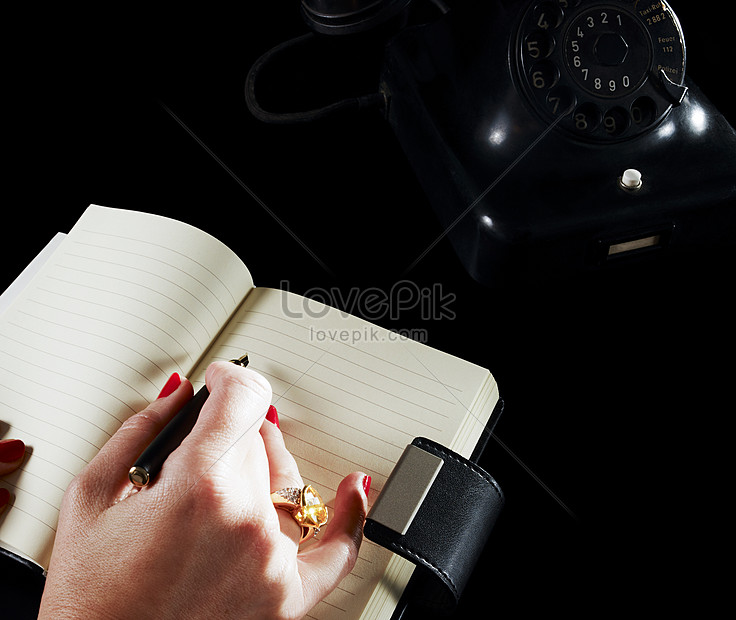 Lovepik صورة Jpg 501477303 Id صورة فوتوغرافية بحث صور كتابة المرأة على جهاز كمبيوتر محمول