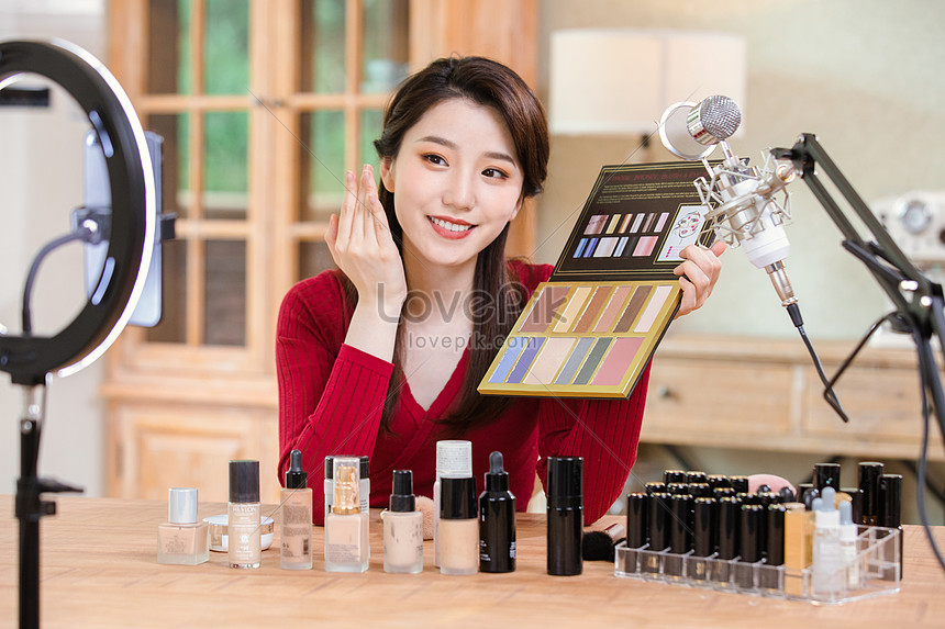 fashion anchor live recommended makeup