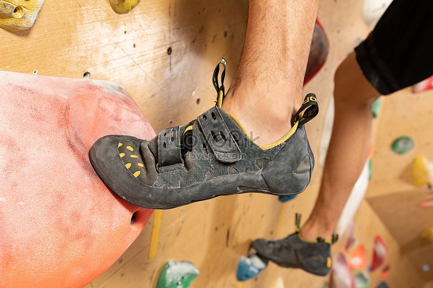 Sepatu Panjat Tebing Pria Panjat Tebing Dalam Ruangan Closeup Gambar Unduh Gratis Foto 501660973 Format Gambar Jpg Lovepik Com